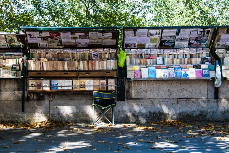 Quai De Montebello, bouquiniste bookeller stacji udenr cienie drzewa Paryż V zdjęcie stock