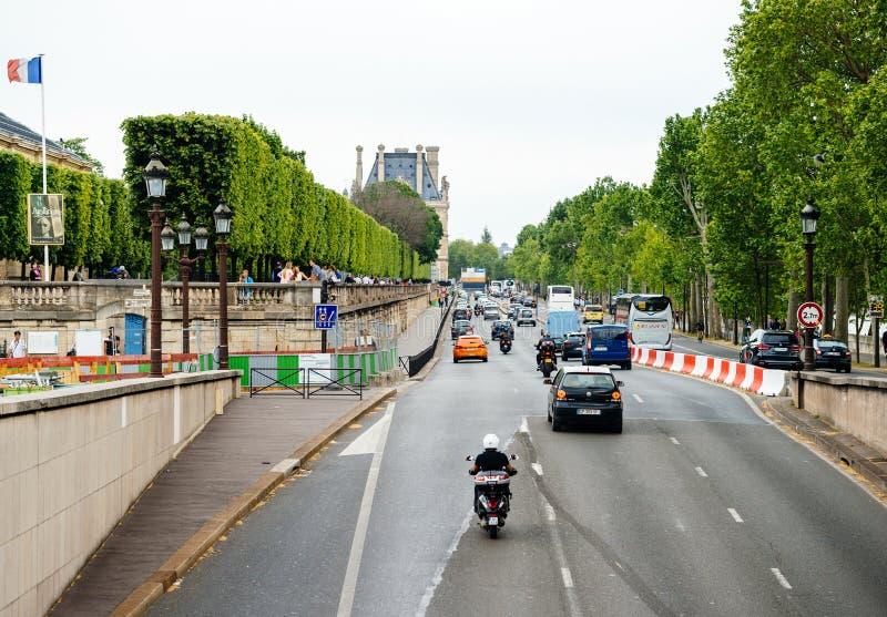 Quai des Tuileries街道在看法上的巴黎 库存图片
