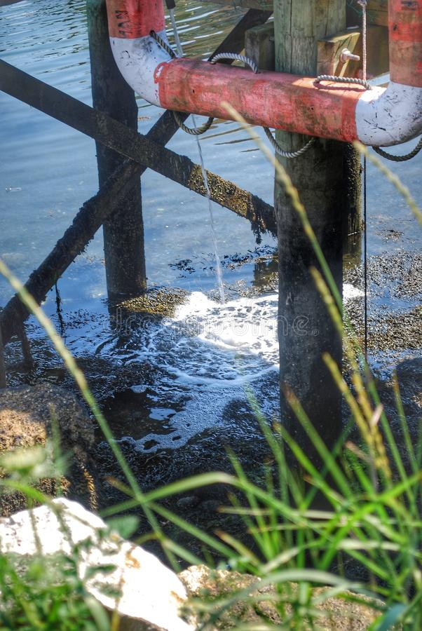 Quai sur l'eau photo stock
