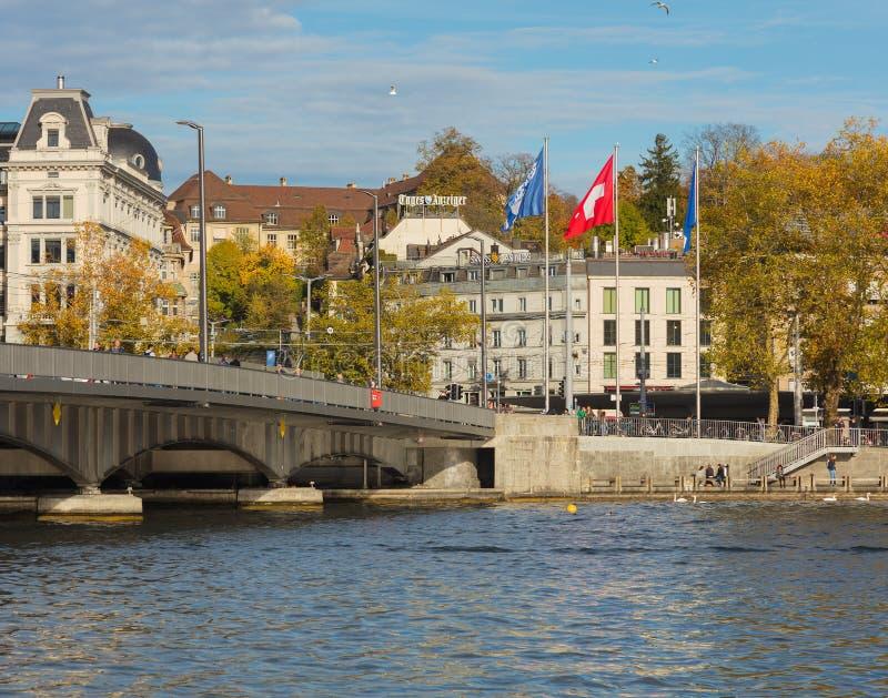 Quaibrucke bro och invallning av sjön Zurich royaltyfria foton