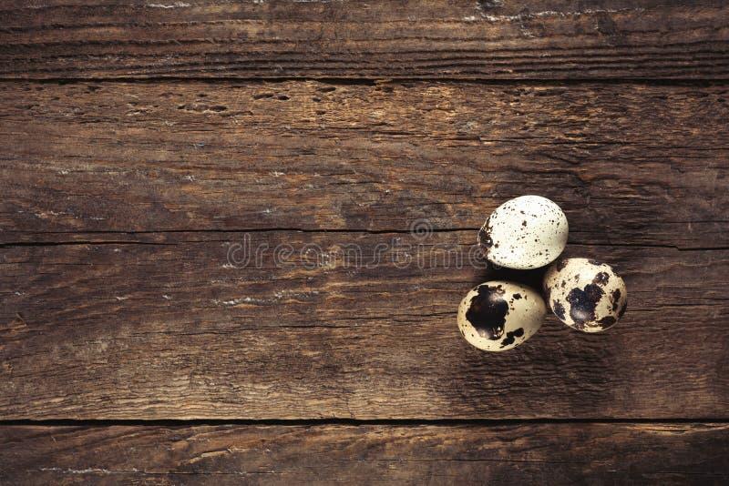 Quailägg på trä bordlägger royaltyfria foton