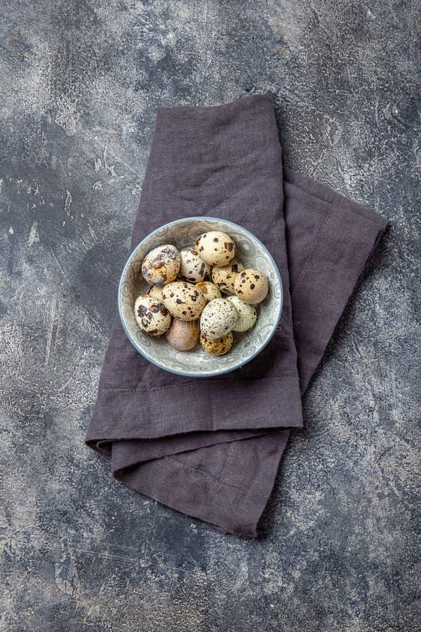 Quail eegs en bowl, grå bakgrund Överkänslig vy, kopieringsutrymme royaltyfri bild