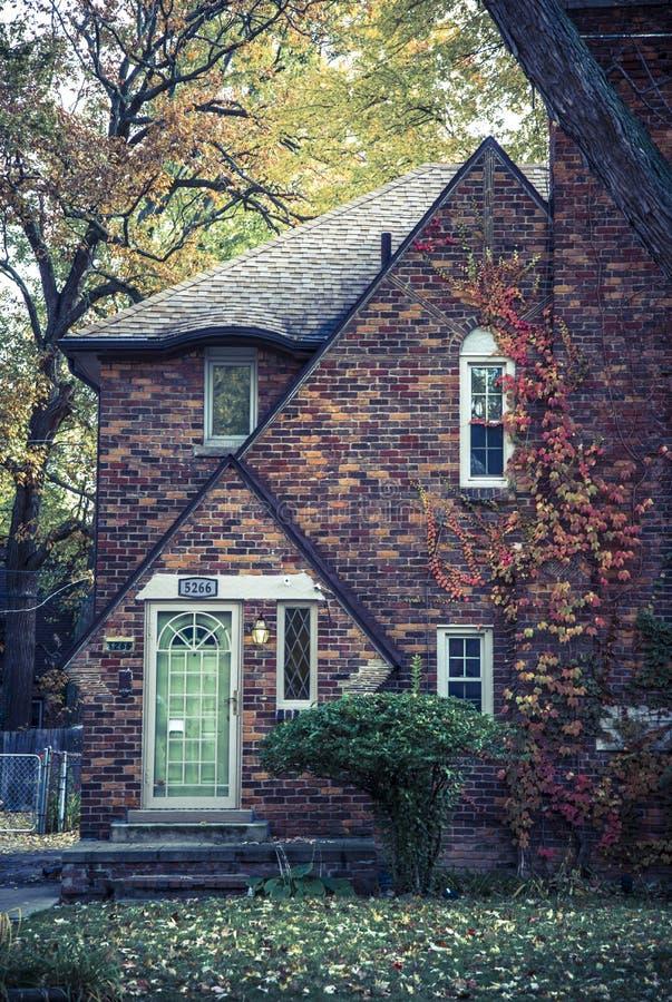 Quaint mooie huis in herfst, Detroit, Michigan, VS stock fotografie