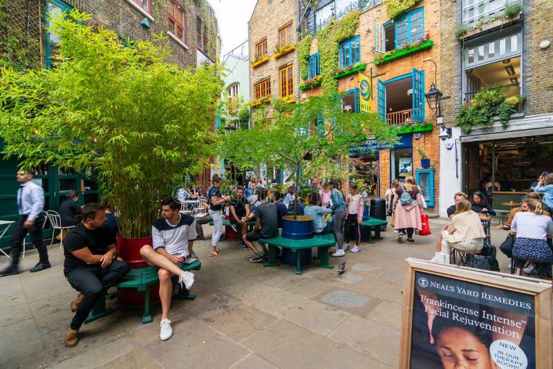 Quaint Neal's Yard, Londres imagem de stock royalty free