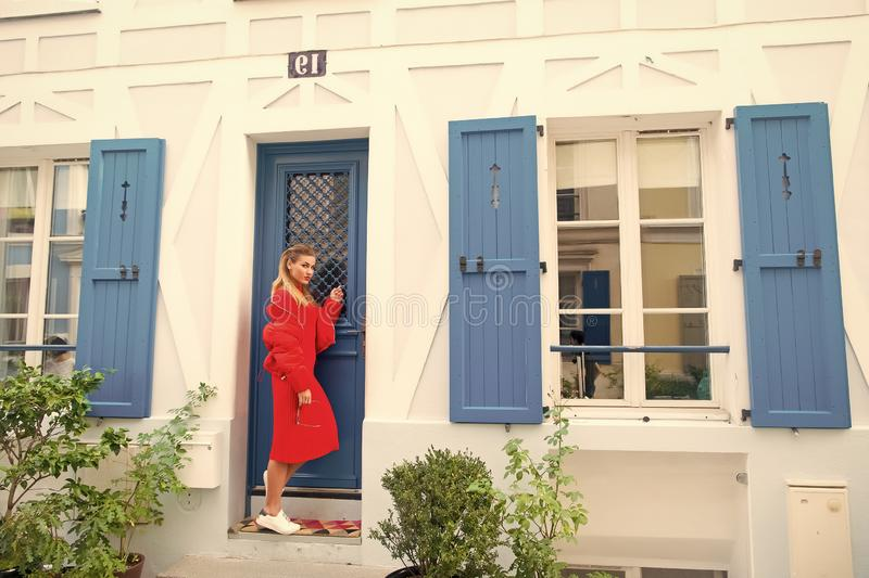 Qualcuno a casa L'ospite di signora che batte la porta aspetta il proprietario che l'appartamento la ha lasciata registrare Suppo immagine stock