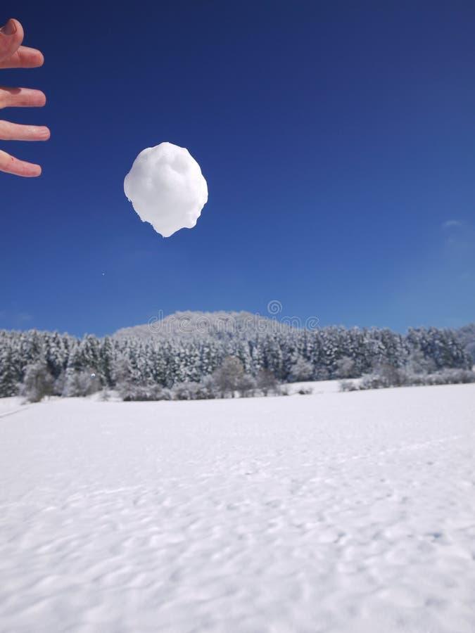 Qualcuno palla di neve di lancio fotografia stock libera da diritti