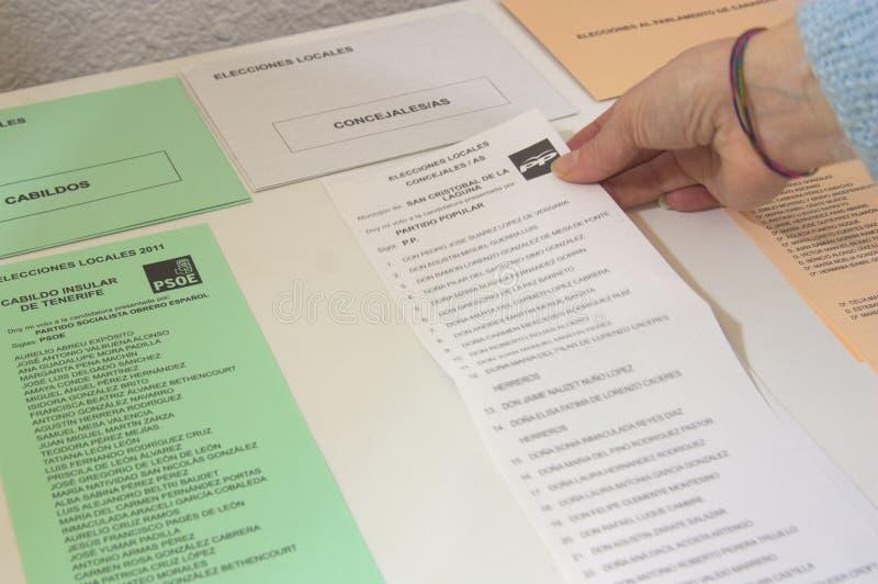 Qualcuno prende un voto per l'elezione dei consiglieri tecnici nel municipio di San Cristobal de la Laguna fotografia stock libera da diritti