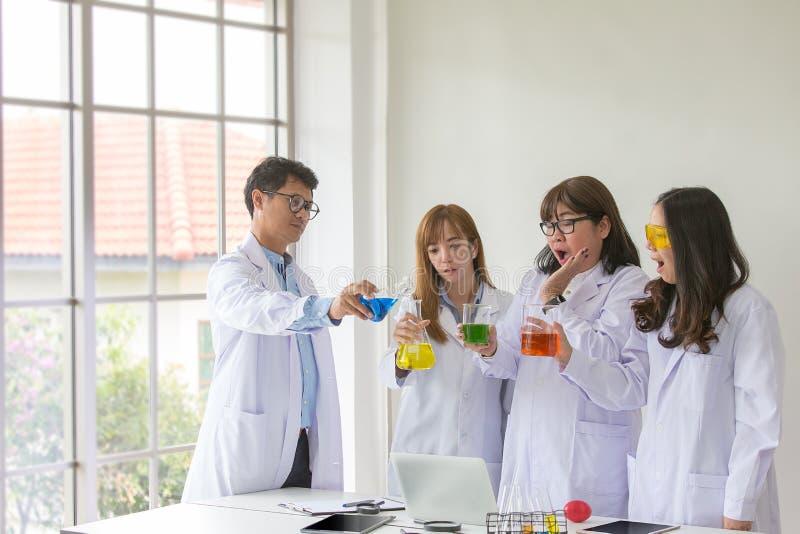 Qualidade científica dos testes do químico do teste da ciência Cientista do grupo que trabalha no laboratório Uns homem e mulher  fotos de stock
