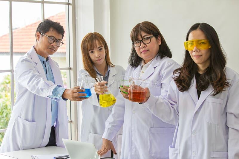 Qualidade científica dos testes do químico do teste da ciência Cientista do grupo que trabalha no laboratório Uns homem e mulher  foto de stock