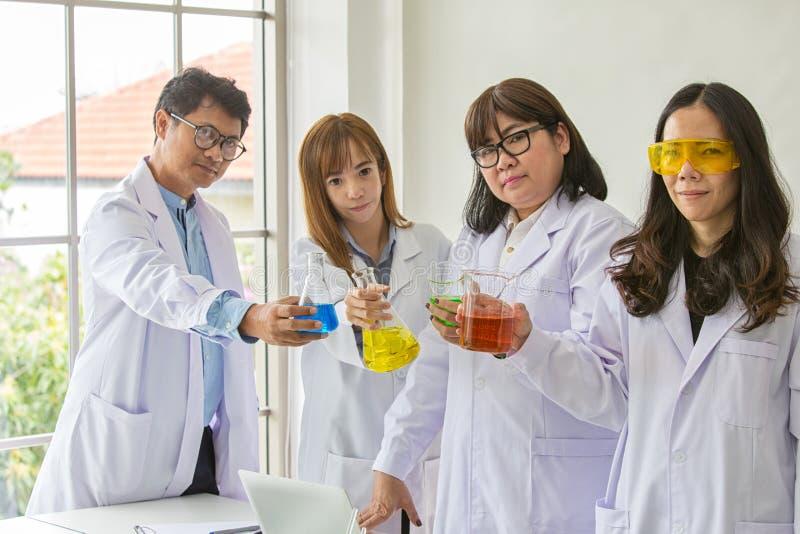 Qualidade científica dos testes do químico do teste da ciência Cientista do grupo que trabalha no laboratório Uns homem e mulher  foto de stock royalty free