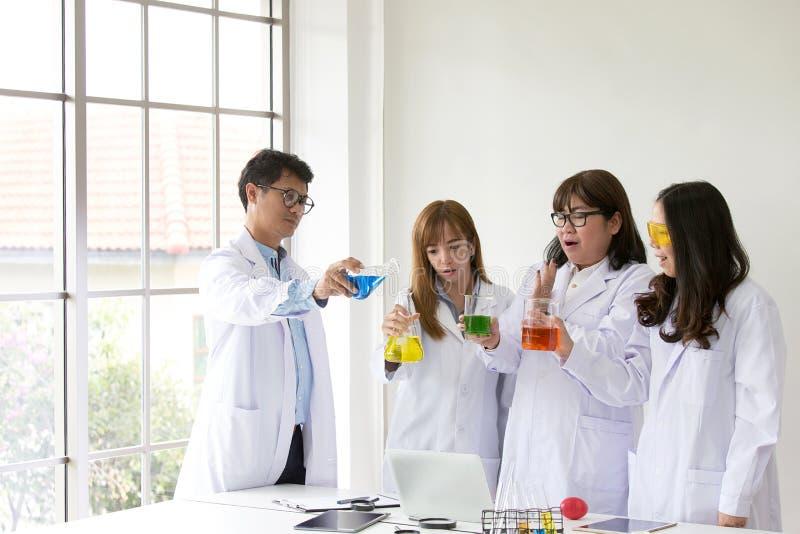 Qualidade científica dos testes do químico do teste da ciência Grupo Scientis fotos de stock royalty free