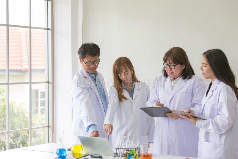 Qualidade científica dos testes do químico do teste de Sciene Cientista do grupo imagem de stock royalty free