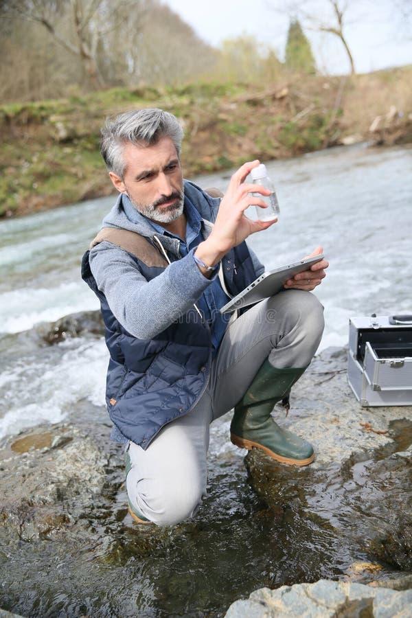 Qualidade de água dos testes do biólogo do rio imagens de stock royalty free
