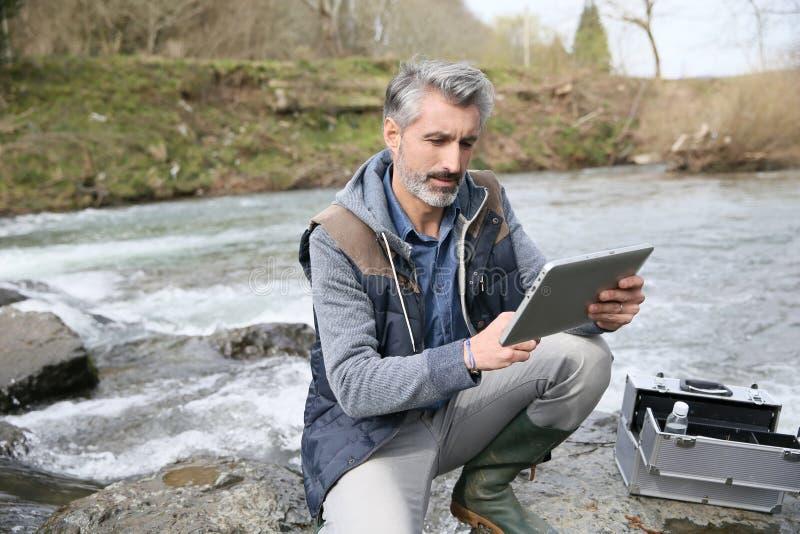 Qualidade de água dos testes do biólogo do rio imagem de stock