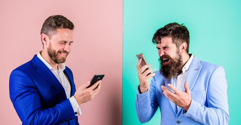 Qualidade móvel da cobertura e da conexão Operador móvel da cobertura da pilha Os homens de negócios usam o smartphone moderno do fotografia de stock royalty free
