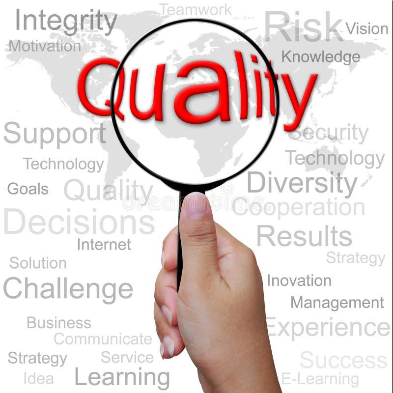 Qualidade, palavra na lupa fotos de stock royalty free