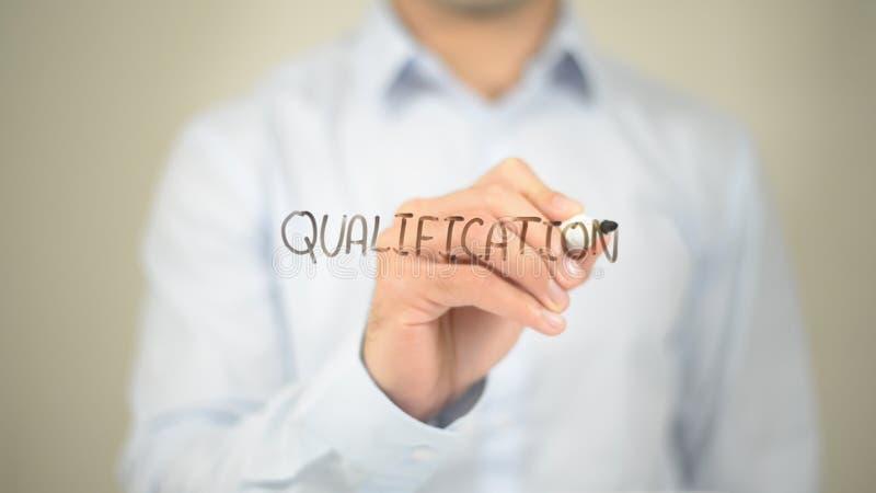 Qualificação, escrita do homem na tela transparente foto de stock royalty free