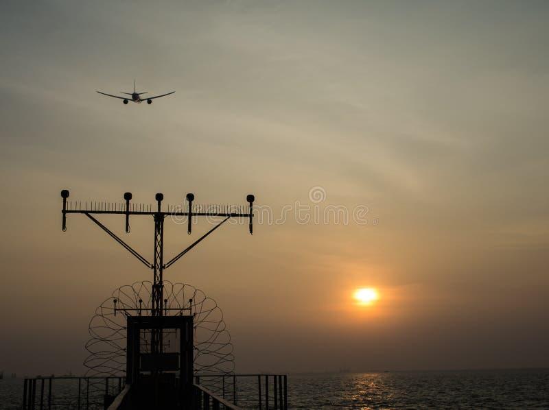Quand l'avion a volé plus haut que le Sun images stock
