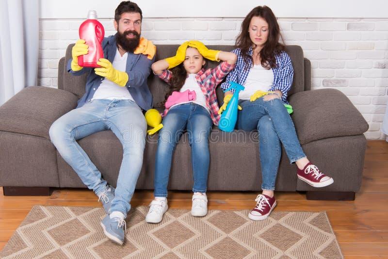 Quando deve essere pulito felice e pulito La famiglia fa piazza pulita Prodotti di pulizia felici della tenuta della famiglia Mad immagini stock
