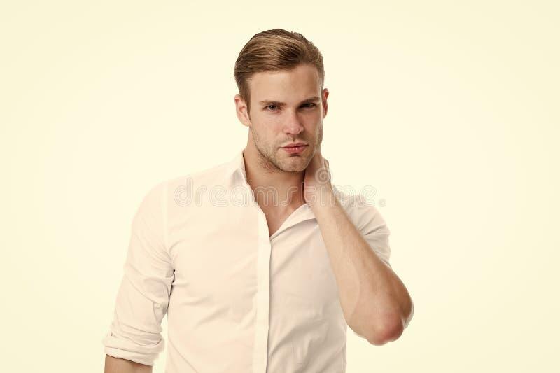 Quando se preocupar sobre a dor de pescoço A dor de pescoço causa sintomas e diagnóstico A cara séria do homem toca no fundo do b fotos de stock