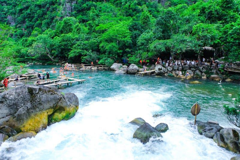 Quang Binh Vietnam - Juli 13, 2018: Nuoc Mooc vår - nationalpark för Mooc strömPhong Nha Ke smäll arkivbild