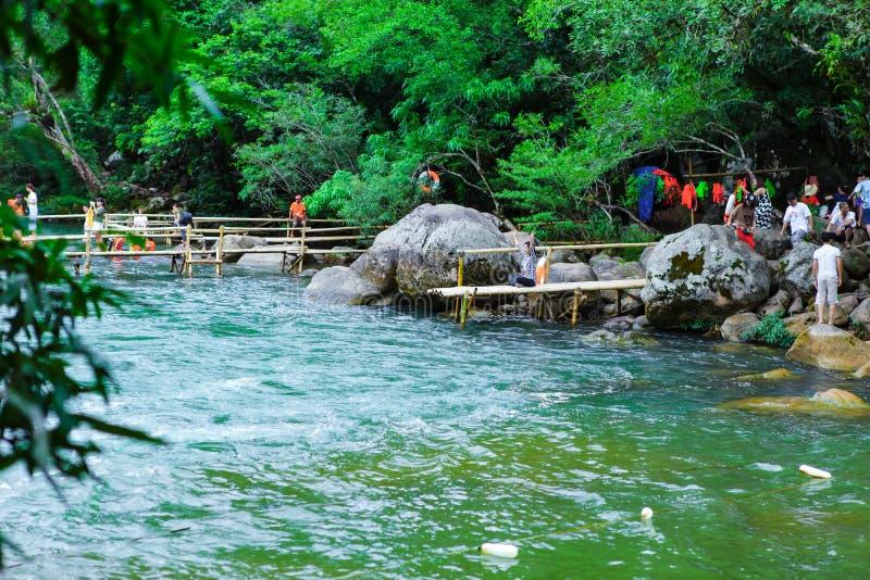 Quang Binh, Vietname - 13 de julho de 2018: Mola de Nuoc Mooc - o córrego Phong Nha KE de Mooc golpeia o parque nacional fotos de stock