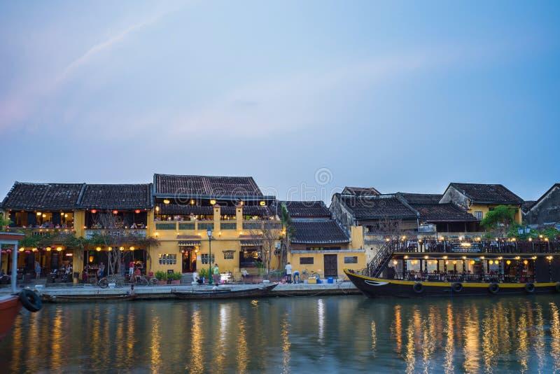 Quang Nam,越南- 2016年4月1日:会安市从星期四好的妙语河的古镇观察在暮色期间之前 会安市是联合国科教文组织世界herita 库存图片