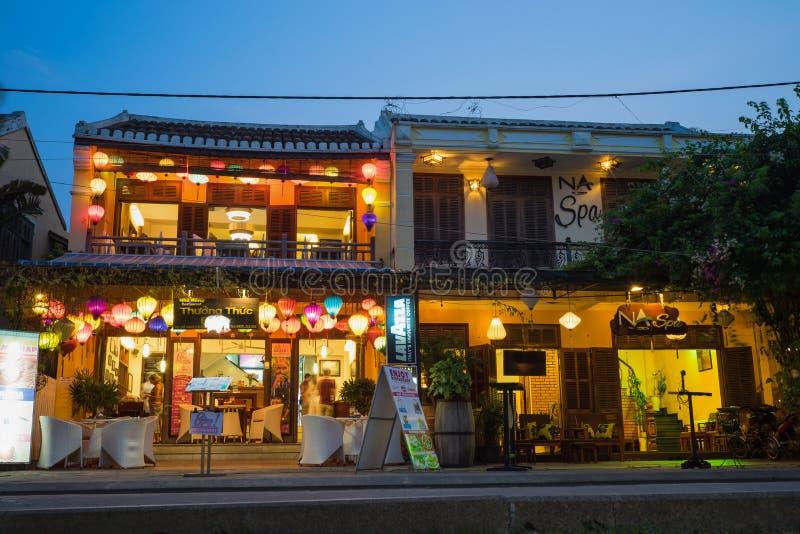 Quang Nam, Vietnam - 1. April 2016: Alte Stadt Hoi Ans bis zum Dämmerungszeitraum durch Minh Khai-Straße Hoi An ist UNESCO-Welter stockfotografie