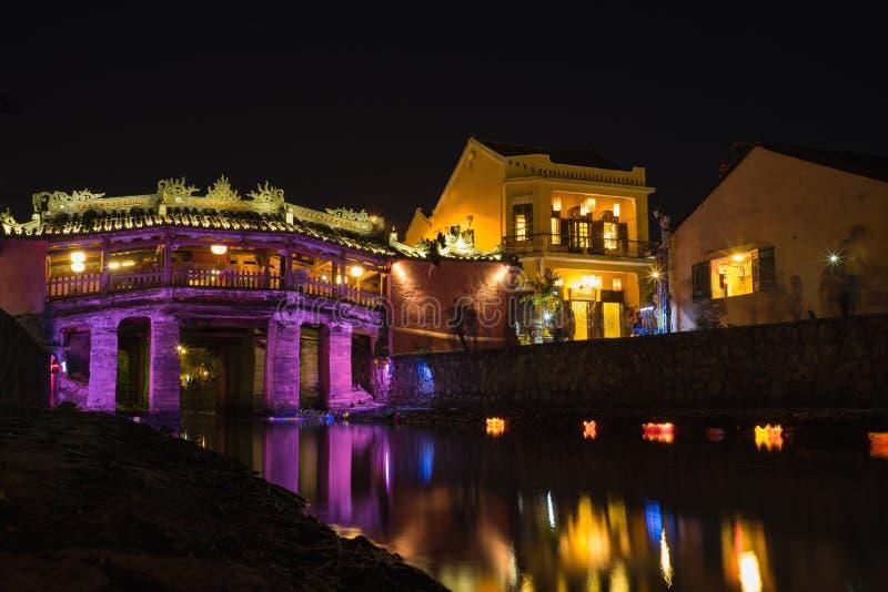Quang Nam, Vietnam - 1er avril 2016 : Ville antique de Hoi An par la période crépusculaire, avec le vieux pont appelé Japanese Co images stock