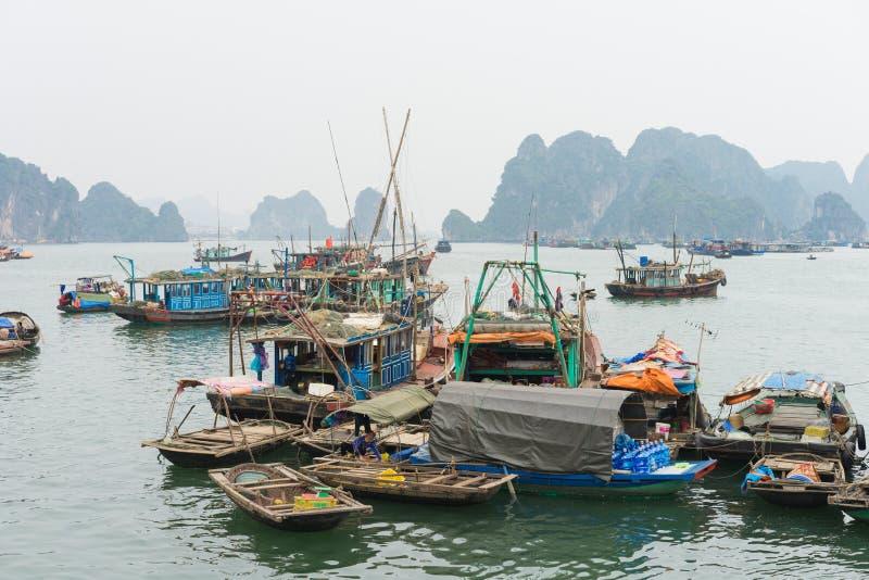Quang Ninh, Вьетнам - 22-ое марта 2015: Рыбацкий поселок в заливе Bai Tu длинном, рядом с заливом Ha длинным Много людей при их с стоковые фотографии rf