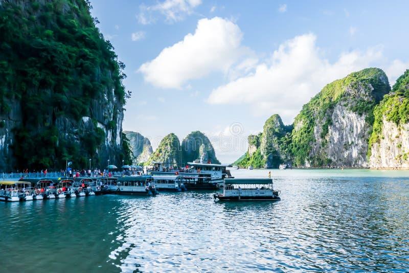 Quang Ninh, Vietnam, le 14 octobre 2018 : Vue du stationnement de bateau de croisi?re de baie de Halong ? t Sung Sot Cave ou cave photographie stock libre de droits
