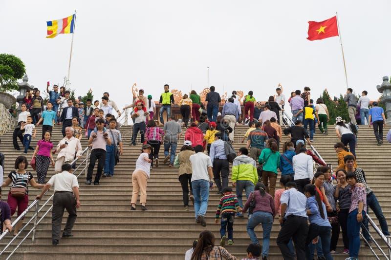 Quang Ninh, Vietnam - 22. März 2015: Gedrängte Leute besichtigen Zenkloster Giac Tam, Pagode Cau Bau in Festtage stockbilder