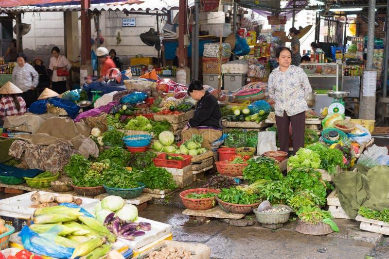 Quang Ninh, Vietnam - 22. März 2015: Gemüse klemmt an aufnahmefähigem Markt ha, lange Stadt ha fest stockbilder