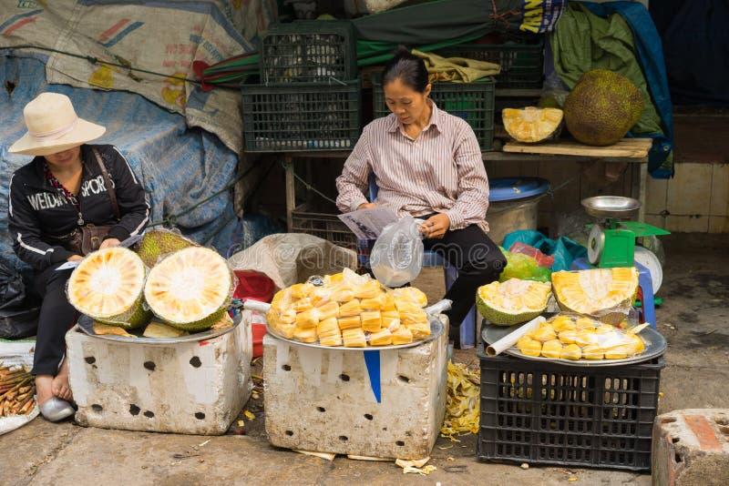 Quang Ninh, Vietnam - 22. März 2015: Jackfruitstall an aufnahmefähigem Markt ha, lange Stadt ha stockbild