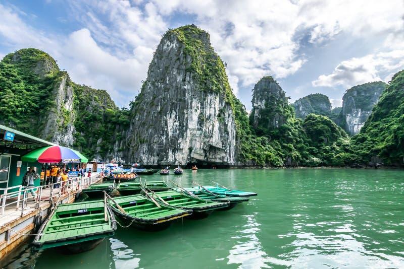Quang Ninh, Vietnam, 14 Oktober, 2018: Het Weergeven van houten rondvaart door Luon-Hol en het Meer in Ha snakken Baai - de plaat royalty-vrije stock afbeelding