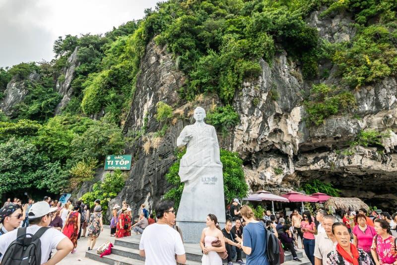 Quang Ninh, Vietnam, 14 Oktober, 2018: Het Weergeven van reiziger die rond het Hoogste Eiland van Ti wordt gelopen, een eiland in royalty-vrije stock foto's