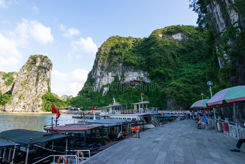 Quang Ninh Vietnam, Oktober 14, 2018: Sikt av parkering för skepp för Halong fjärdkryssning på t Sung Sot Cave eller överraskning arkivbilder