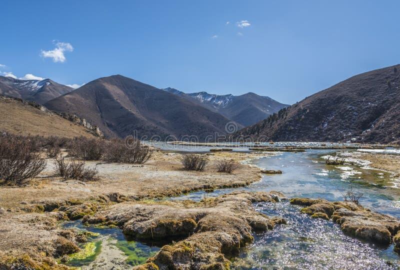 Quanhua棕褐色钙化的池塘 免版税图库摄影