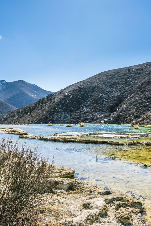 Quanhua棕褐色钙化的池塘 图库摄影