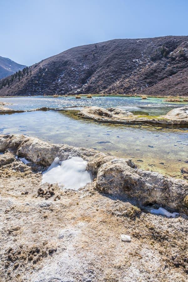Quanhua棕褐色钙化的池塘 免版税库存图片