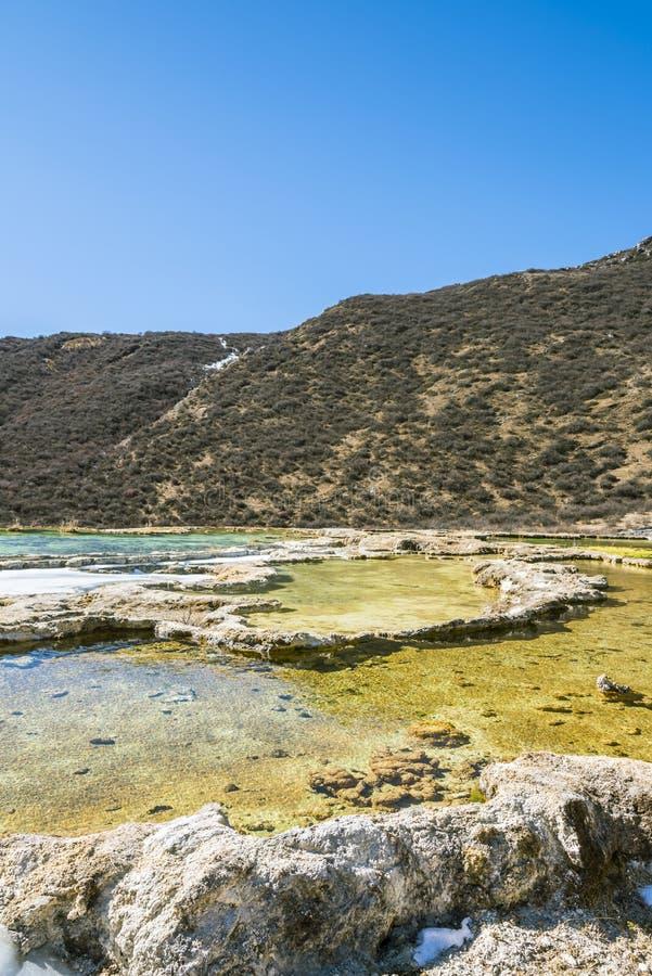 Quanhua棕褐色钙化的池塘 免版税库存照片