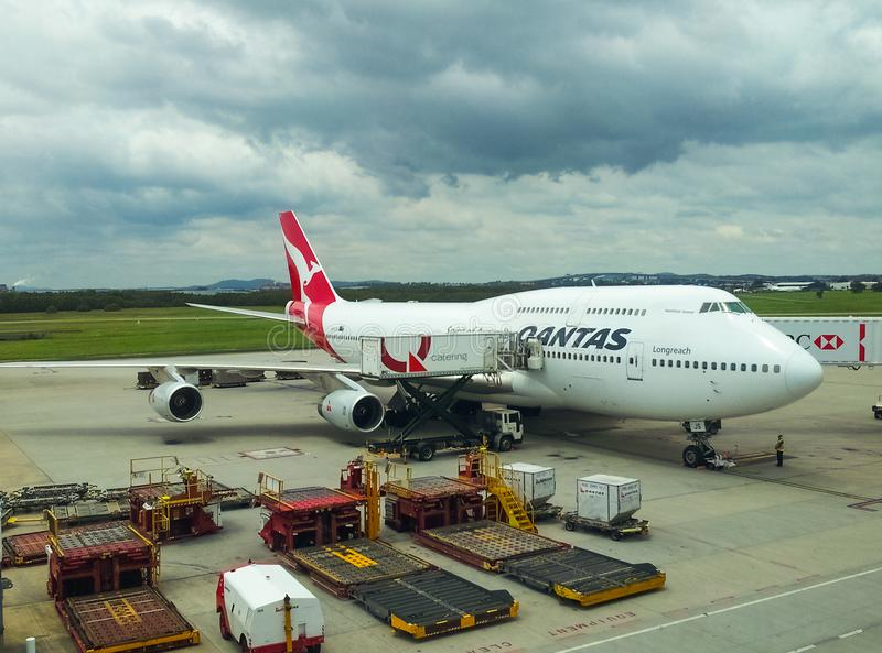 Quantas-Flugzeug auf dem Asphalt am Flughafen unter bewölktem Himmel in Brisbane Queensland Australien 11 23 2013 lizenzfreie stockfotos