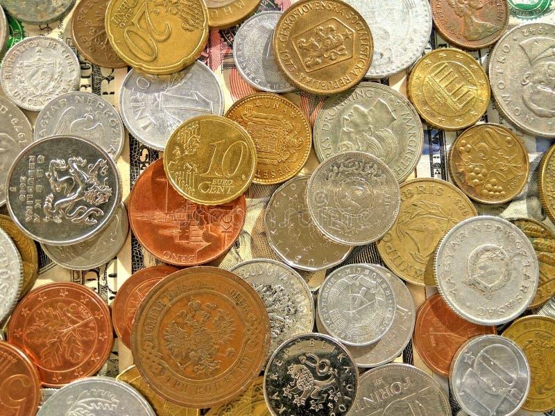 Quantité de pièces de monnaie de vieil argent de différents pays sur le fond du dollar image libre de droits