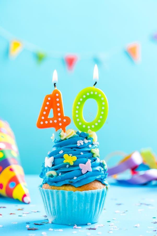 Quarantième quarantième petit gâteau d'anniversaire avec la bougie Maquette de carte image stock