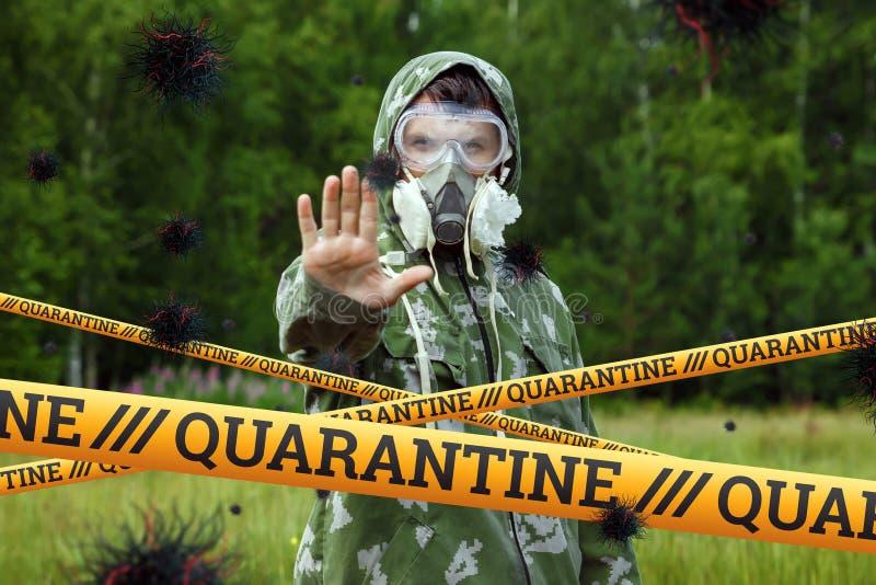 Quarantine Barrier amarelo fita proibida, isolamento Coronavírus Homem de fato protetor e partículas do vírus COVID-19 imagens de stock