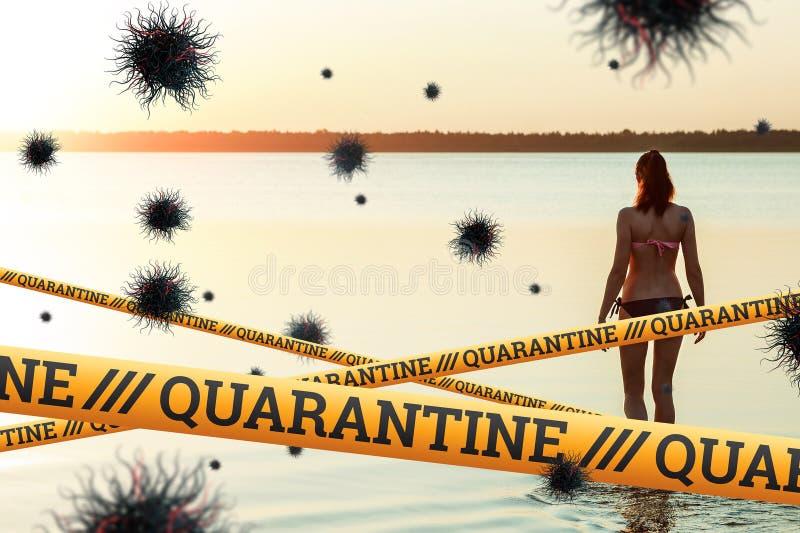 Quarantine Barrier amarelo fita proibida, isolamento Coronavírus Menina na praia no verão com partículas da COVID-19 foto de stock royalty free
