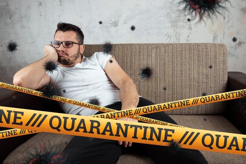 Quarantine Barrier amarelo fita proibida, isolamento Coronavírus Um homem se senta em casa sobre uma partícula isolante da COVID- imagens de stock
