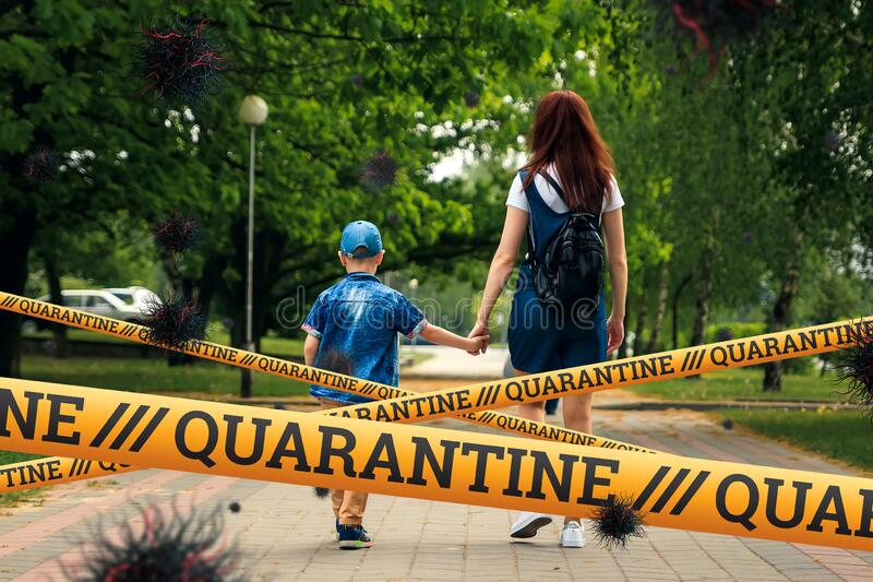 Quarantine Barrier amarelo fita proibida, isolamento Mãe e filho andam pela rua e partículas do vírus COVID-19 Autoauto imagem de stock royalty free