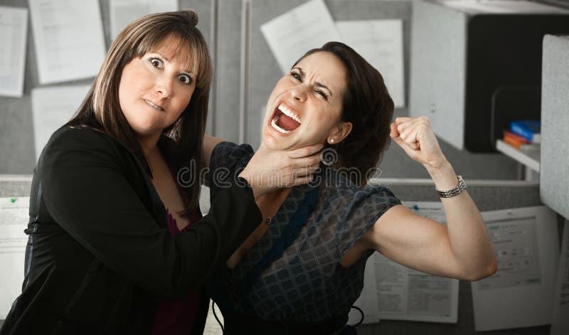 quarelling 2 женщины стоковые изображения rf
