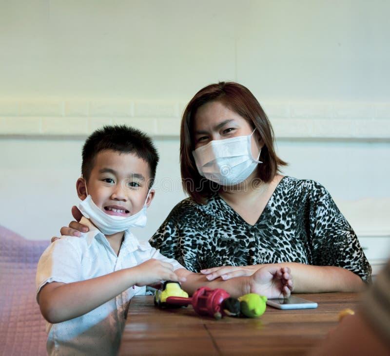 Quarentena da família asiática em casa enquanto o vírus da corona, covid-19, está infectado imagens de stock royalty free
